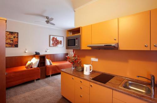 Кухня или мини-кухня в Anyday Apartments