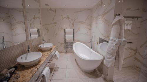 A bathroom at Busby Hotel
