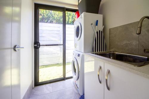 A kitchen or kitchenette at Executive Home Accomodation