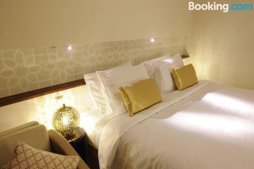 سرير أو أسرّة في غرفة في Meshal Madina Hotel 2