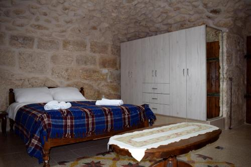 A bed or beds in a room at Hosh Al Subbar