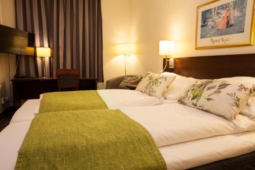 A bed or beds in a room at Grand Hotel Stord