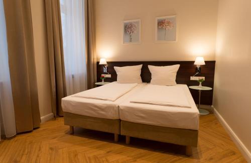 Ein Bett oder Betten in einem Zimmer der Unterkunft REWARI Hotel Berlin