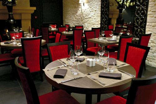 A restaurant or other place to eat at Hotel de la Place