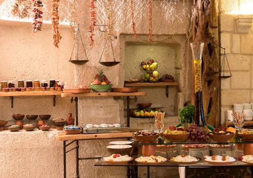 A restaurant or other place to eat at Anatolian Houses Cave Hotel