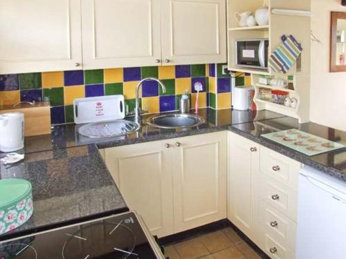 A kitchen or kitchenette at Mill Wheel Cottage