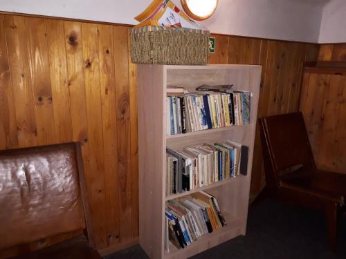 Библиотека в гостевом доме