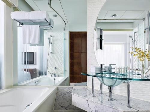 Een badkamer bij Cordis, Hong Kong