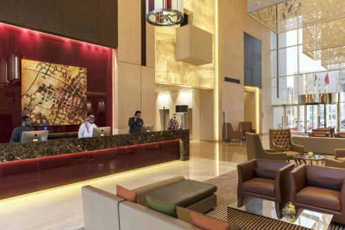 O saguão ou recepção de Fraser Suites Riyadh