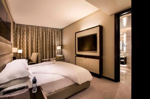 A bed or beds in a room at Rosewood Abu Dhabi