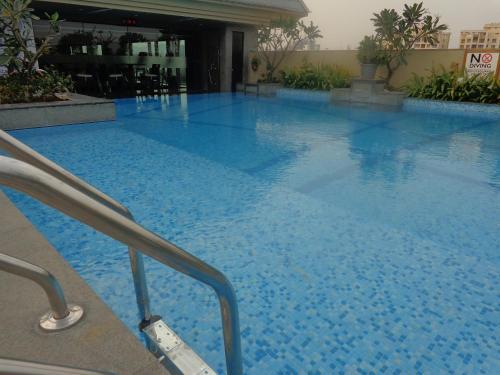 The swimming pool at or close to Radisson Blu Pune Hinjawadi