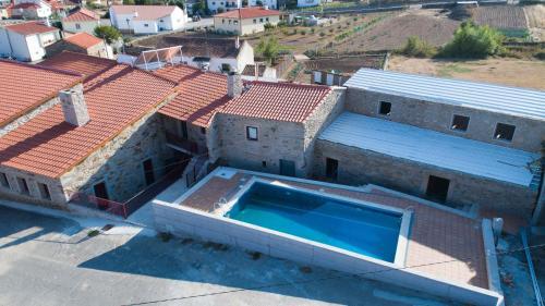 Uma vista da piscina em Casa Mirandês Rural ou nas proximidades