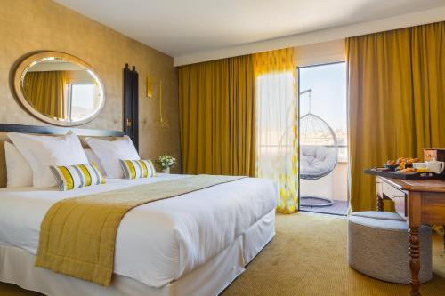 מיטה או מיטות בחדר ב-Grand Hotel Beauvau Marseille Vieux Port - MGallery