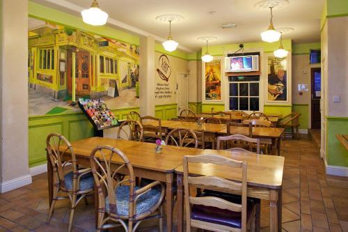 Ein Restaurant oder anderes Speiselokal in der Unterkunft Oliver St. John Gogarty's Hostel