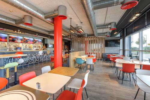 A restaurant or other place to eat at ibis Hotel München Messe