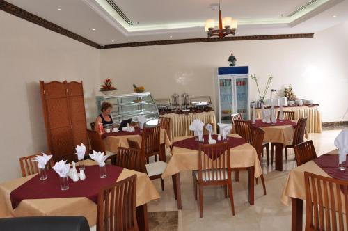 A restaurant or other place to eat at Akas-Inn Hotel Apartment