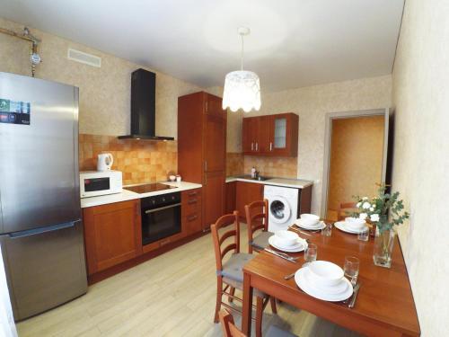 Кухня или мини-кухня в Apartments near Kremlin