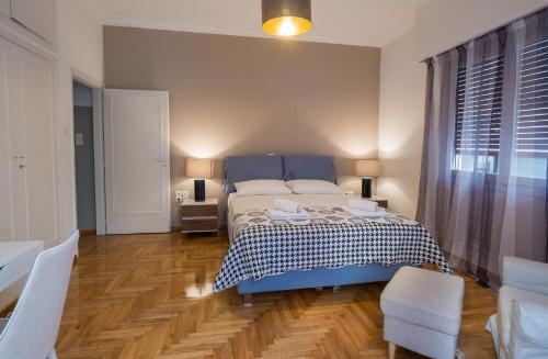 A bed or beds in a room at Capricorn - Luxurious apartment in Kolonaki