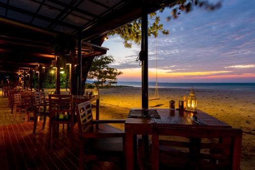 Restoran või mõni muu söögikoht majutusasutuses Bangsak Village - Adults Only - SHA Plus