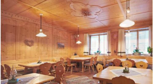 A restaurant or other place to eat at Apparthotel Germania