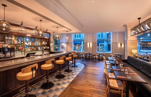 The lounge or bar area at Jurys Inn Cardiff