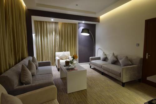 Uma área de estar em Novotel Suites Riyadh Dyar