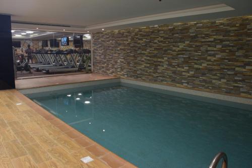 A piscina localizada em Novotel Suites Riyadh Dyar ou nos arredores