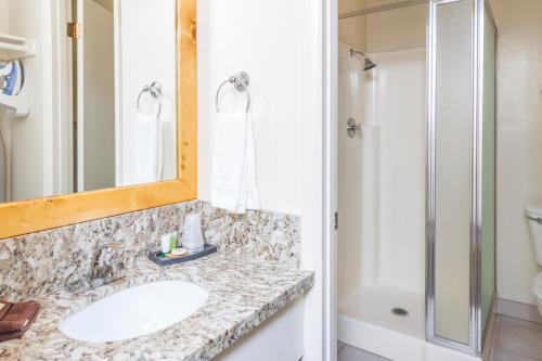 A bathroom at Alpenhof Lodge