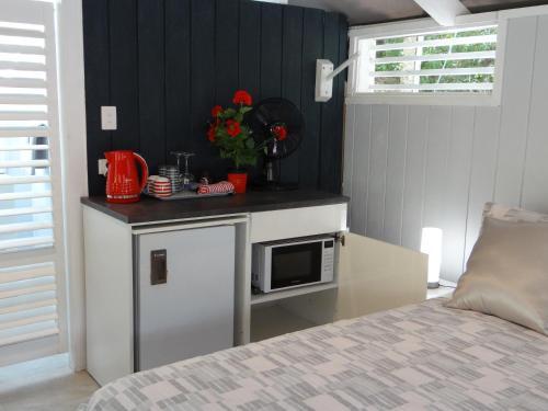 A kitchen or kitchenette at Eumundi Yacht Club B&B