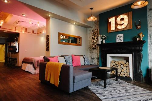 A seating area at 19 MARY STREET by The Place To Stay Wales