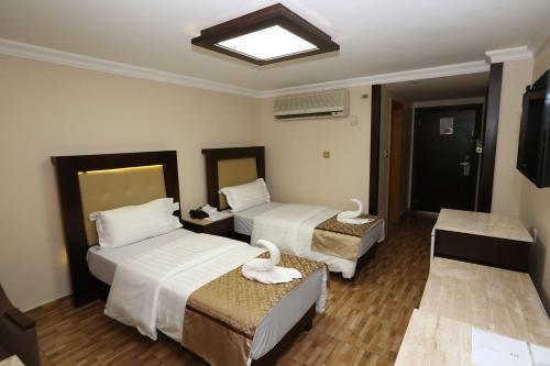 سرير أو أسرّة في غرفة في فندق الزيتونة