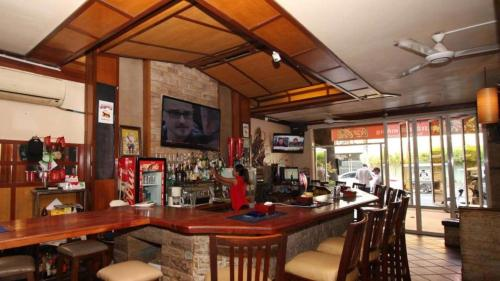 A restaurant or other place to eat at Sundance Riverside Bar Oz Guesthouse