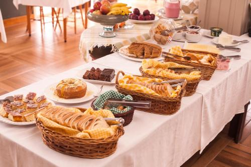 Breakfast options available to guests at Pousada Pedra Preta
