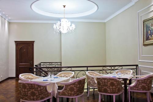 Un restaurante o sitio para comer en Sky Luxe Hotel