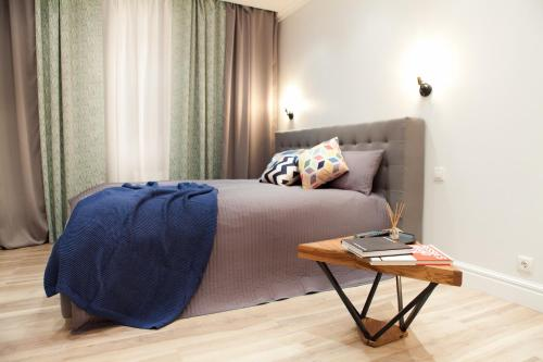 A bed or beds in a room at Loft в центре Подольска
