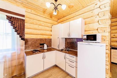 """Кухня или мини-кухня в Гостевые дома """"Охотничьи традиции"""""""