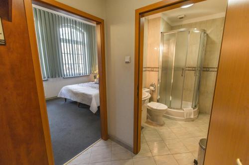 A bathroom at Hotel Rycerski