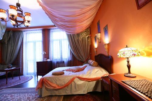 Кровать или кровати в номере ПостоялецЪ