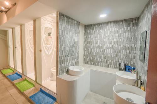 A bathroom at Seaview Capsule Hotel