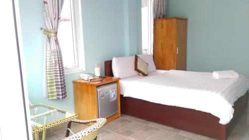 A bed or beds in a room at Hai Long Vuong Hotel