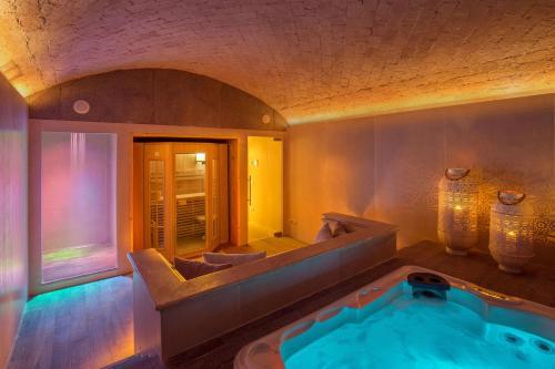 Baseinas apgyvendinimo įstaigoje Hotel Piccolo Borgo arba netoliese