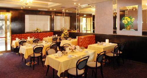 Ein Restaurant oder anderes Speiselokal in der Unterkunft Hotel Centrale Byron