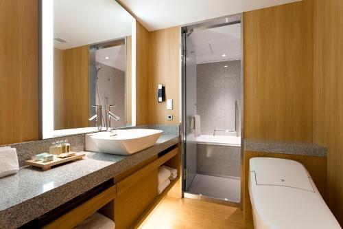 A bathroom at Keio Plaza Hotel Tokyo