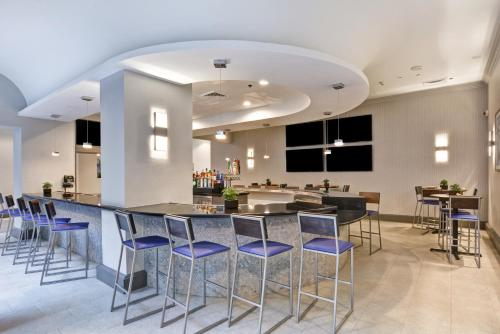 The lounge or bar area at Embassy Suites by Hilton Miami International Airport