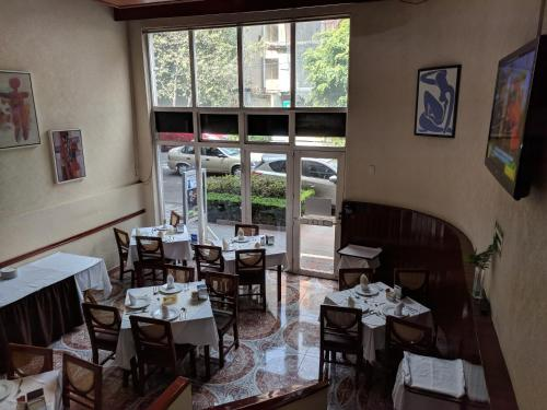 A restaurant or other place to eat at Hotel del Principado