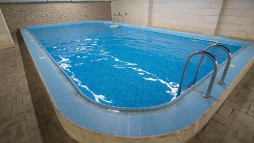 A piscina localizada em Sadeem Al Fajr Hotel Suites ou nos arredores
