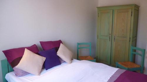 A bed or beds in a room at Hôtel Restaurant au Cerf