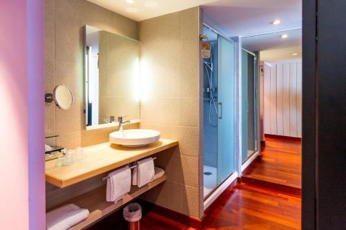 A bathroom at Mercure Dieppe La Présidence