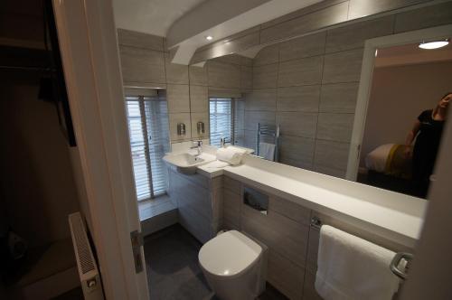 A bathroom at New Park Hotel