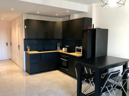 A kitchen or kitchenette at Appartement InterContinental Vieux-Port - New, Nice & Comfy